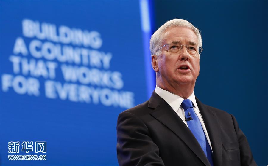 """英国国防大臣在遭""""膝盖门""""指控后辞职"""