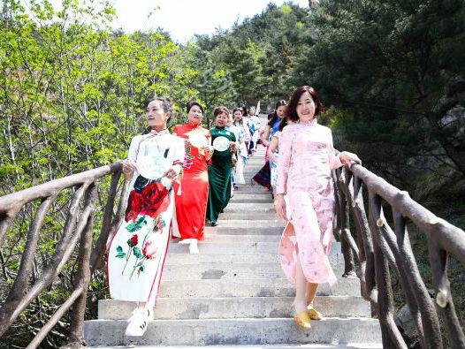 境外媒体称中式旗袍让外国女性沉浸其中:实在太美了!