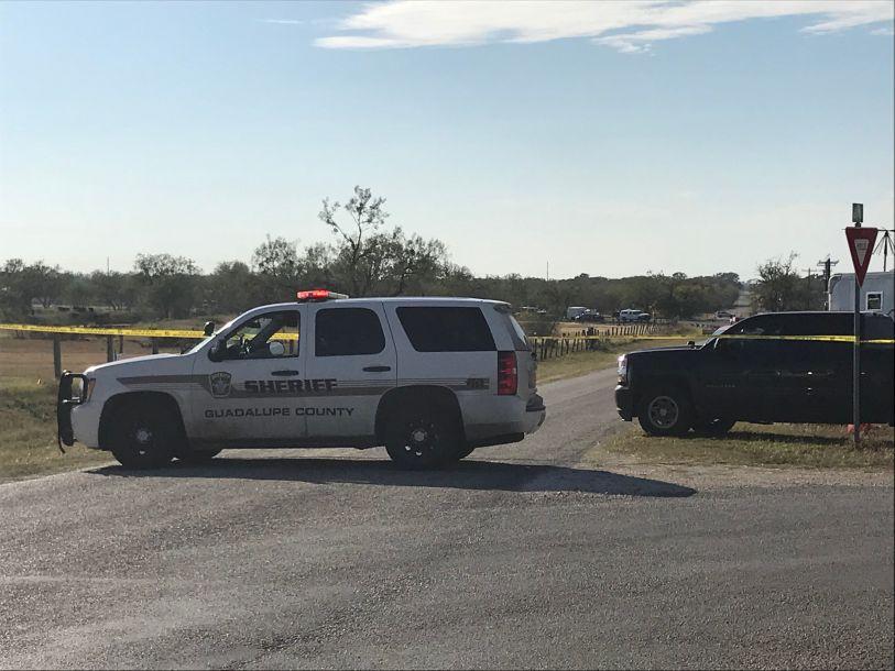 突发!美国小镇发生枪击案至少26人死 枪手为白人男性亦当场死亡
