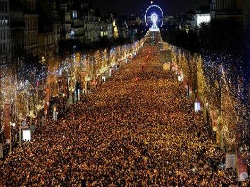 外媒盘点世界各地跨年庆祝:燃放焰火 载歌载舞