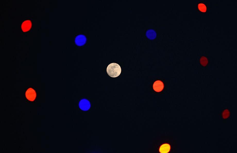 """2018年首轮""""超级月亮""""现身天际"""
