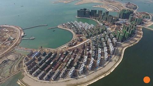 不过,中国去年仍在南海争议海域继续扩建人工岛.