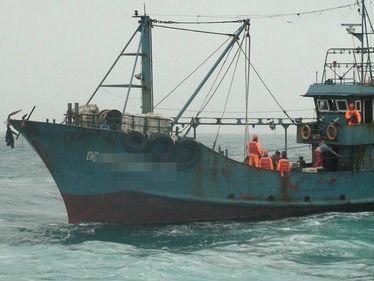 """台媒称大陆渔船""""越界""""捕鱼 9人遭台""""海巡队""""扣押"""