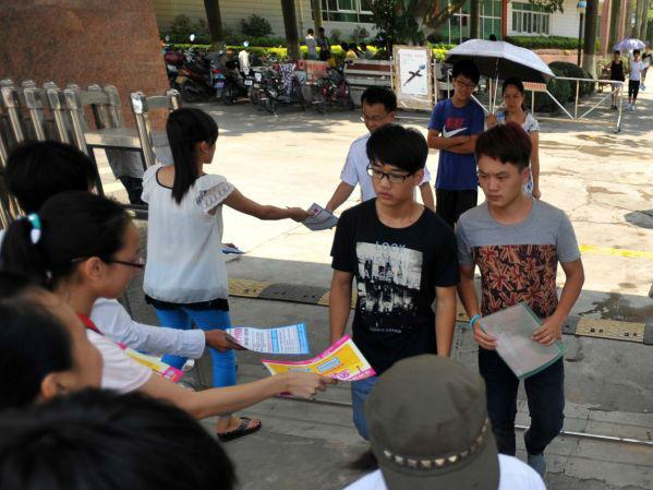 """中国儿童被迫上""""填鸭式""""辅导班 英媒:只为能进名校"""