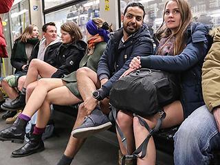 他们乘坐地铁却不穿裤子
