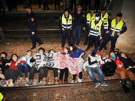 台湾劳团卧轨抗议