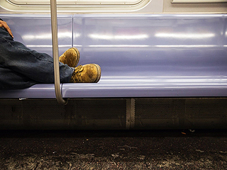地铁成为他们的冬季避难所