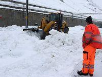 大雪封路 游客被困瑞士滑雪胜地