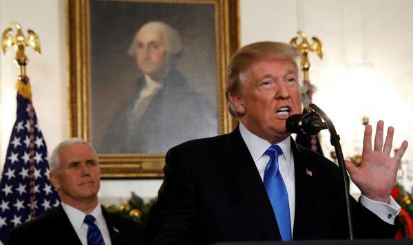 1 12月6日,美国总统特朗普(右)在华盛顿白宫发表讲话,宣布承认耶路撒冷为以色列首都,并将启动美驻以使馆从特拉维夫迁往耶路撒冷的进程。(新华社)