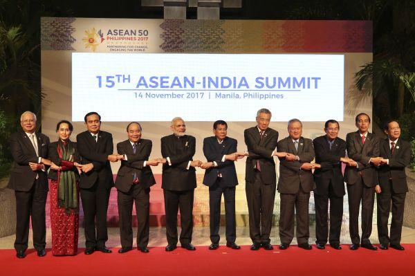 3、2017年11月14日,在菲律宾首都马尼拉,出席第15届东盟与印度峰会的领导人合影。