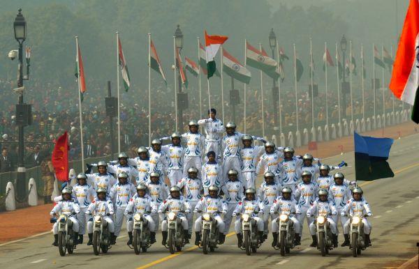 11、 2016年1月26日,印度通信兵部队参加在新德里举行的共和国日阅兵仪式。