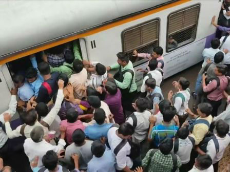 """印度搭火车上班像打仗高峰期5000人等车宛如""""战争片"""""""