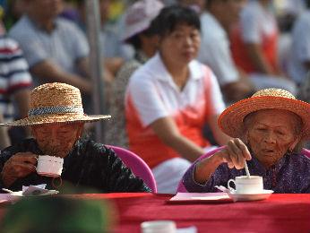外媒从中国老人品咖啡透视银发经济:老有所养变老有所乐