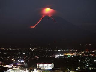 菲律宾火山岩浆溢出 政府疏散周边居民