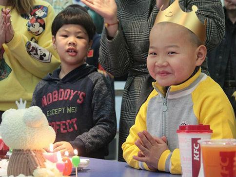 7岁孤儿送快递 美媒:中国再现贫困儿童获救助感人故事