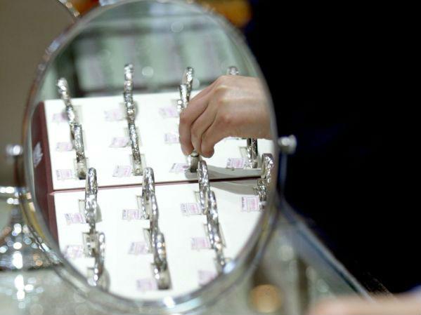 国际铂金价格大跌 外媒:供应商转而瞄准中印珠宝市场