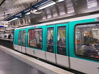 巴黎的地铁站竟变成吸毒站