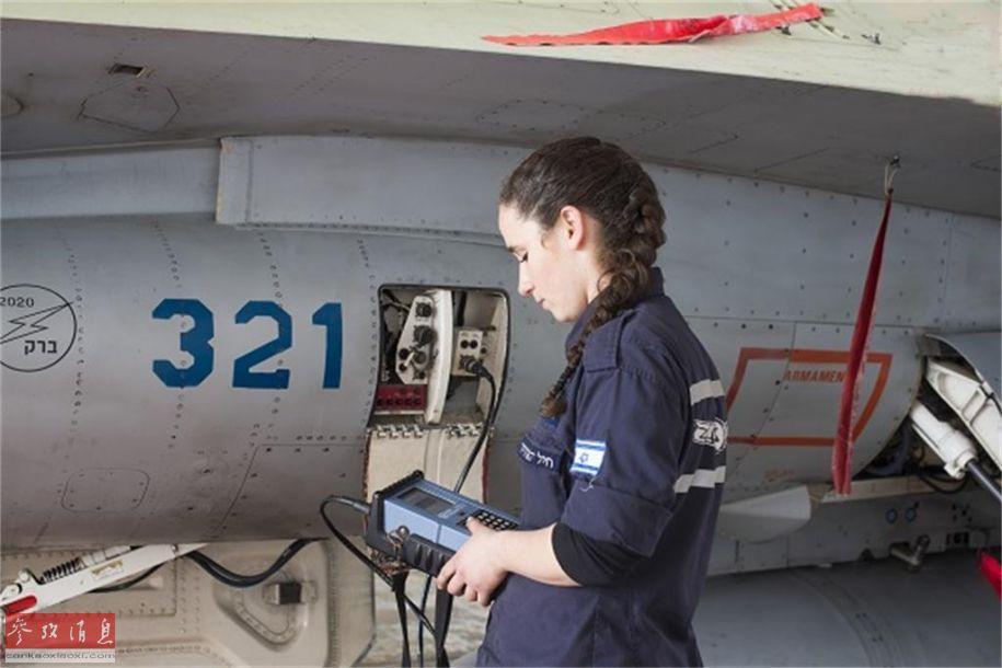 美女也会修战机!探访以空军女地勤组
