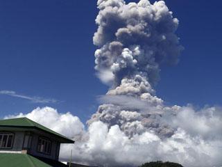 菲律宾火山喷发危险上升 居民再次疏散