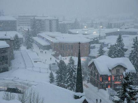 """瑞士达沃斯遇20年最大降雪世界经济论坛来宾""""举步维艰"""""""