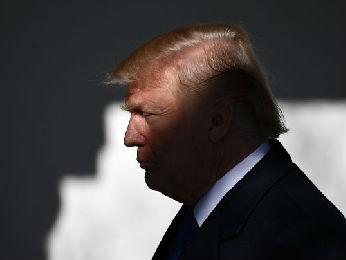 """特朗普首次直接签字批准新关税 英媒称""""旨在打击中国"""""""