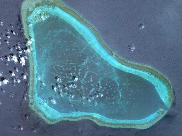 """港媒:菲军机载记者""""巡逻""""黄岩岛30分钟 声称未来每月3次"""