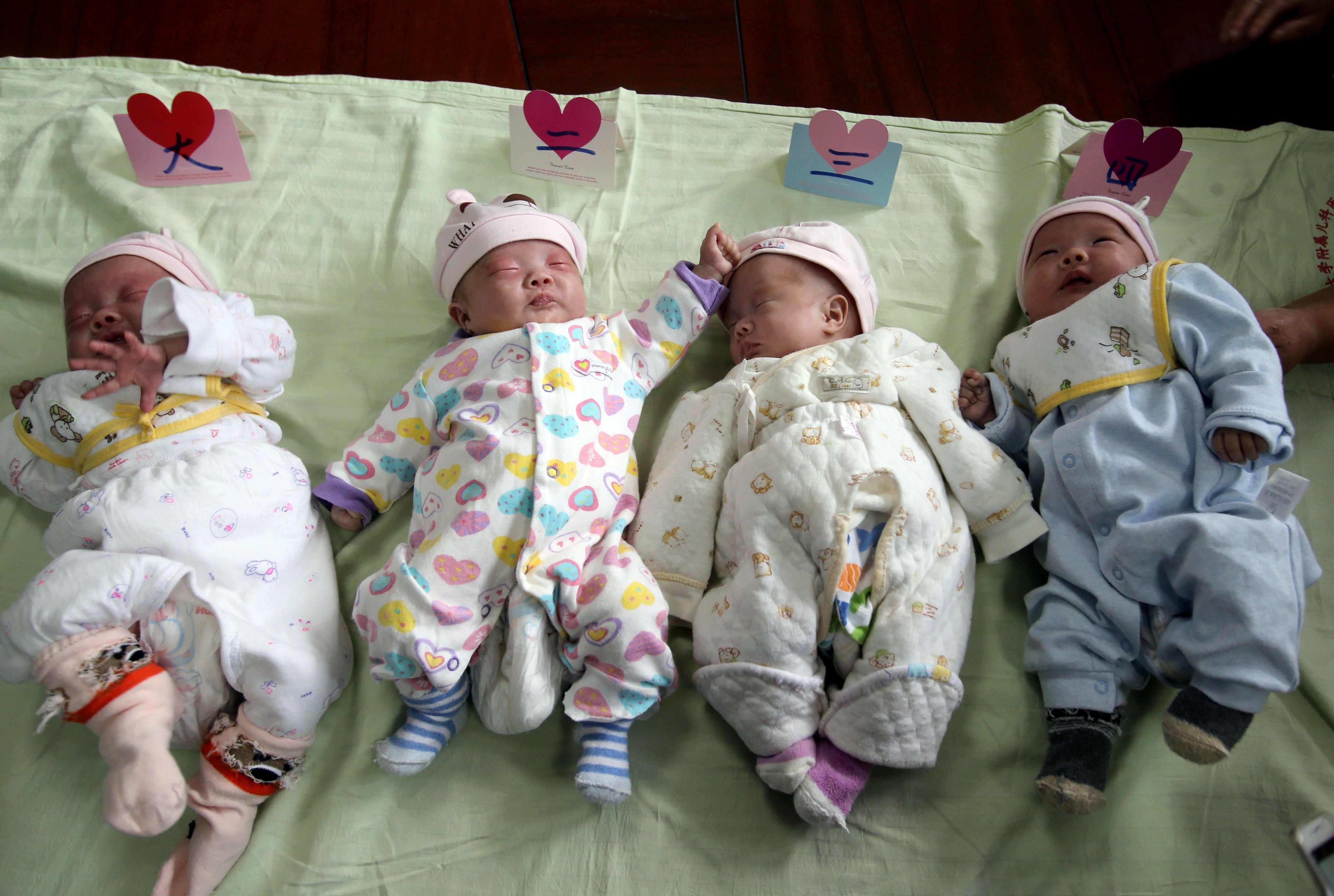 港媒称中国应继续鼓励生育:直接发放补贴或给父母减税