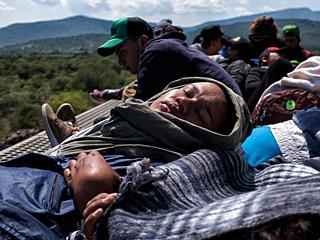 移民睡火车顶上穿越墨西哥
