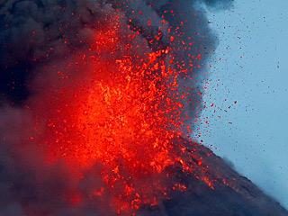 """""""大爆炸""""的魅力——马荣火山喷发吸引游客"""