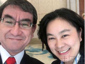 外媒:日本外相与华春莹自拍获好评 网友称希望中日友好