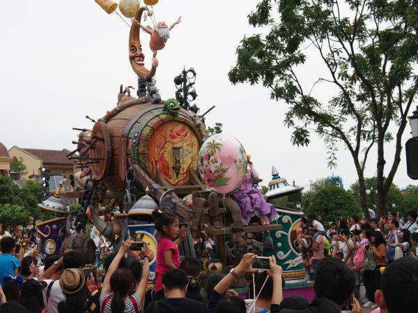 """上海迪士尼""""插队费""""引众怒?外媒:其实是不满园区服务"""