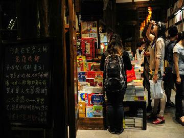 成都书商劝人们重拾书本 港媒:内地年轻人更爱网络娱乐