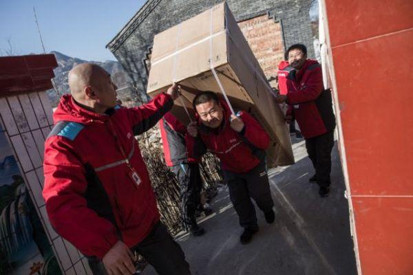 刚刚,村长刘强东为乡亲们送去了500多万的年货……
