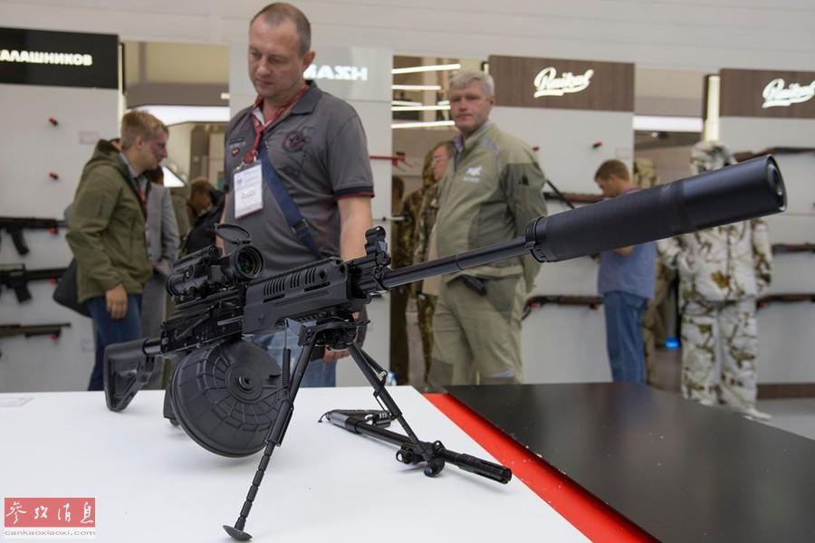 根据官方资料显示,RPK-16最大射速每分700发,最大有效射程800米,可发射5.45毫米弹药,配有96发专用弹鼓,也可使用AK-74和RPK-74的弹匣。图为防展上展出的RPK-16轻机枪,加装有大型弹鼓、两脚架和消声器。