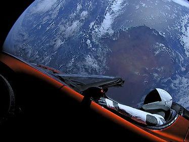 外媒:天文学家捕捉到特斯拉跑车太空漫游场景