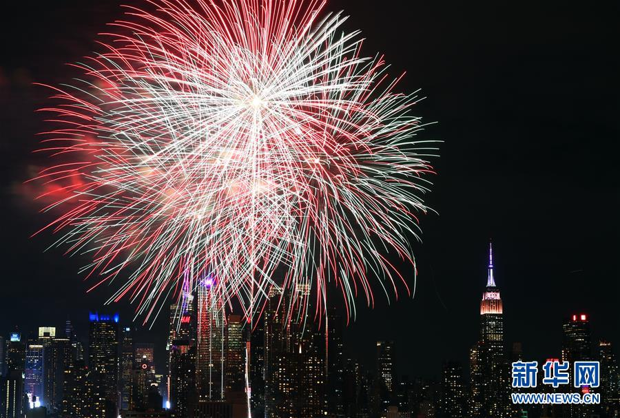 纽约燃放焰火庆祝中国春节