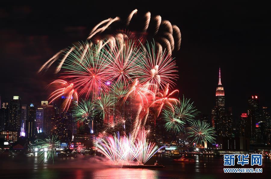 纽约燃放焰火庆祝亲 子春节