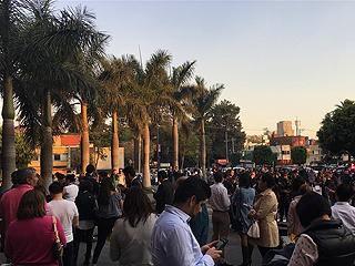 墨西哥发生7.1级地震 人们在广场避险