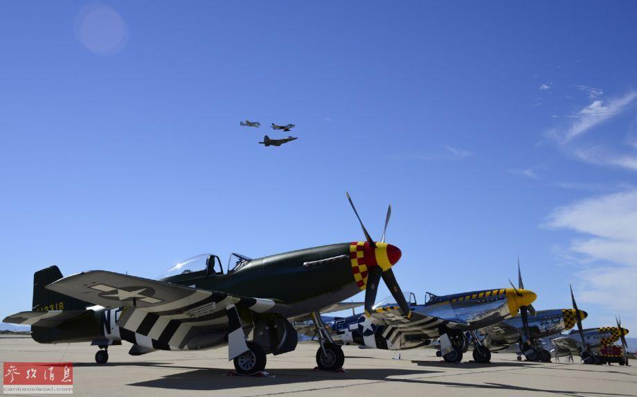 """美空军现役的F-22隐身战机与二战名机P-51""""野马""""、以及半岛战役名机的F-86""""佩刀""""喷气式战机组成联合编队低空通场,地面上可见整齐停放的P-51机群。"""