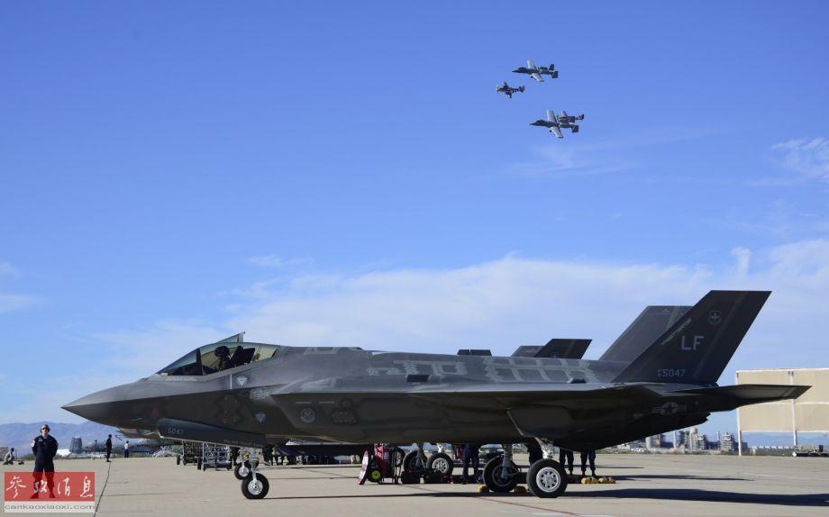 """近日,在美国空军基地举行的一次公开飞行表演活动上,出现了F-22隐身战机、F-86""""佩刀""""喷气式战机与二战P-51""""野马""""螺旋桨战机""""三世同堂""""编队起飞的场面,十分难得一见。图为美空军A-10C攻击机与二战P-51""""野马""""战机组成联合编队,从地面上停放的F-35A隐身战机群上空飞过,近处这架F-35A的垂尾可见LF代码,代表该机隶属于亚利桑那州的卢克空军基地。2"""