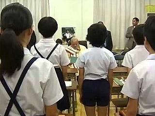 日一学校订阿玛尼为新校服