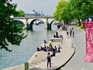 在塞纳河畔真的不能散步了?