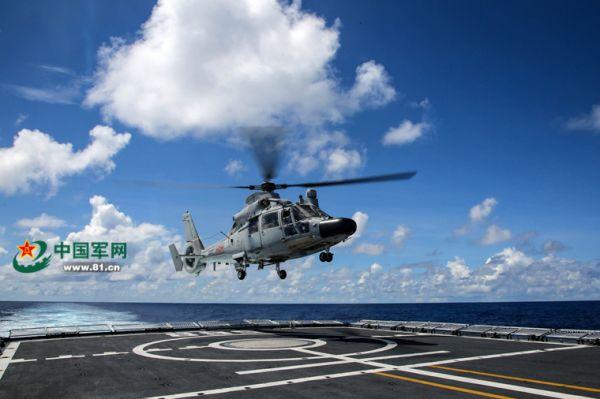 舰载直升机升空,前往目标海域查证可疑商船。