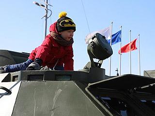 俄远东城市纪念祖国保卫者日