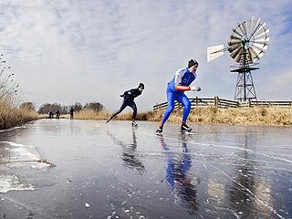 荷兰滑冰爱好者重返冰场