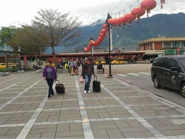 探访地震后的花莲:旅游业遭重创 特产店门可罗雀