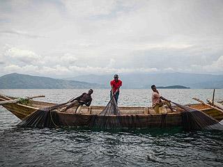 """非洲这座""""死湖""""周围居住4000万人 湖面60年内缩小了90%"""