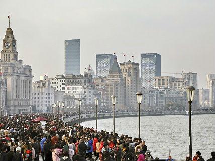 """从磁悬浮列车到小笼汤包 外媒记者感受""""无处不优越""""的上海"""