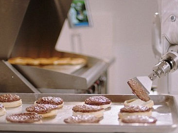 """汉堡机器人工作一天被""""解雇"""" 英媒:动作太慢"""