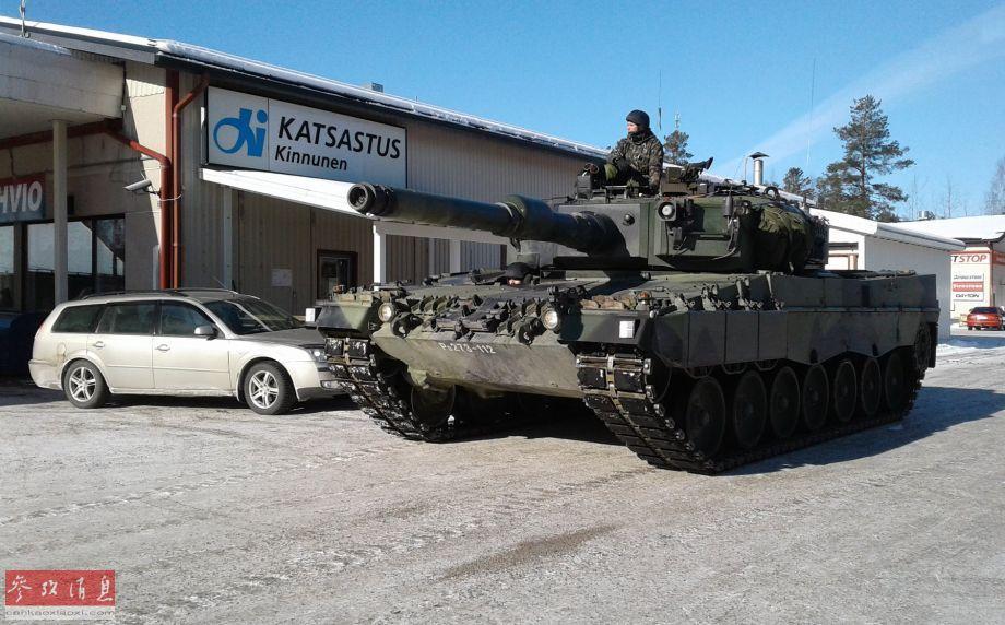 油钱顶辆车!豹2坦克开进民用加油站